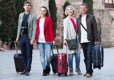 Touristes avec la pose de bagage sur la rue Photos stock
