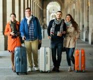 Touristes avec le bagage marchant par la rue Images stock
