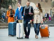 Touristes avec le bagage marchant par la rue Image libre de droits