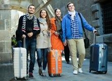 Touristes avec le bagage marchant par la rue Photo stock