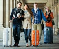 Touristes avec le bagage marchant par la rue Photographie stock