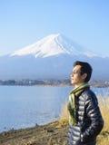 Touristes avec le mont Fuji Photos stock