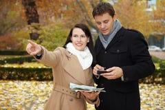 Touristes avec le smartphone et la ville Images stock