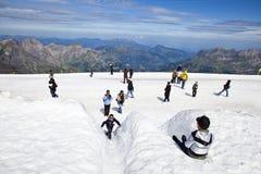 Touristes ayant l'amusement dans la crête de Titlis, Suisse Images libres de droits