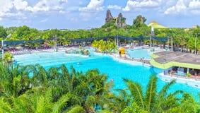 Touristes baignant le parc aquatique image libre de droits