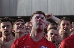 Touristes britanniques regardant le match de football du monde sur l'écran géant pendant leurs vacances en Majorque Image libre de droits