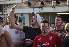 Touristes britanniques regardant le match de football du monde sur l'écran géant pendant leurs vacances en Majorque au loin Photos stock