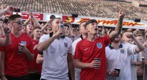 Touristes britanniques regardant le match de football du monde sur l'écran géant pendant leurs vacances en Majorque au loin Images stock