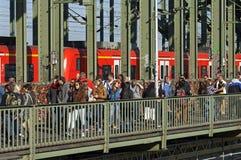 Touristes, cadenas et train sur Hohenzollern Bridg Image libre de droits