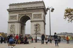 Touristes chez Arc de Triomphe à Paris Images libres de droits