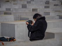 Touristes chez Berlin Holocaust Memorial image stock