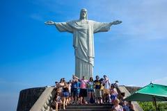 Touristes chez le Christ la statue de rédempteur, Rio de Janeiro, Brésil Photographie stock libre de droits