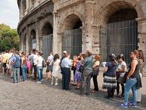 Touristes chez le Colosseum, Rome Image libre de droits