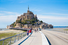 Touristes chez Mont Saint Michel Photographie stock