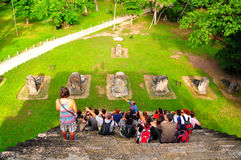 Touristes chez Tikal, Guatemala Photo stock