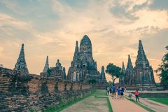 Touristes chez Wat Chaiwatthanaram, temple bouddhiste, Ayutthaya Hist photographie stock