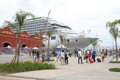20.000 touristes débarquent des bateaux transatlantiques en Rio de Jan Image libre de droits