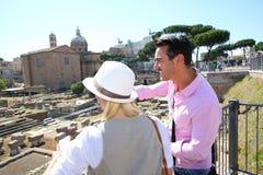 Touristes découvrant Roman Forum le jour ensoleillé photos stock