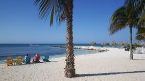 Touristes détendant à la plage sur Aruba Photos stock