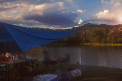 Touristes détendant au lac Image libre de droits