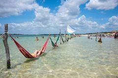 Touristes détendant sur des hamacs, Jericoacoara, Brésil Images libres de droits