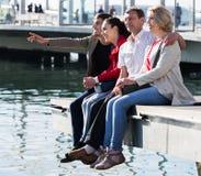 Touristes détendant sur le bord de mer Photographie stock