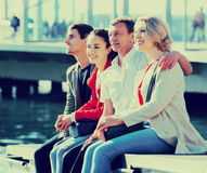 Touristes détendant sur le bord de mer Photo libre de droits