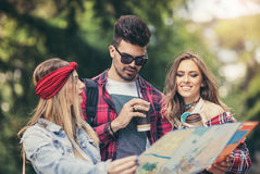 Touristes d'amis avec la carte en parc Photos libres de droits