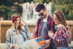 Touristes d'amis avec la carte en parc Images stock
