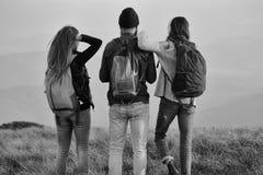 Touristes d'amis homme bel avec des filles Photo stock