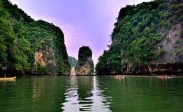 Touristes dans des canoës autour de Khao Phing Kan photo stock