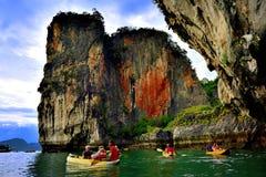Touristes dans des canoës autour de Khao Phing Kan photographie stock libre de droits