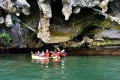 Touristes dans des canoës autour de Khao Phing Kan photos libres de droits