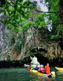 Touristes dans des canoës autour de Khao Phing Kan images libres de droits
