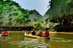 Touristes dans des canoës autour de Khao Phing Kan photographie stock