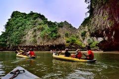 Touristes dans des canoës autour de Khao Phing Kan images stock