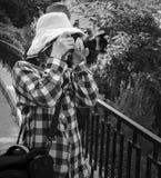 Touristes dans des chapeaux photographiant les points de repère locaux photos stock