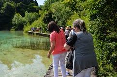 Touristes dans des lacs Plitvice en Croatie Photo stock