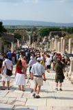 Touristes dans l'ephesus Photographie stock libre de droits