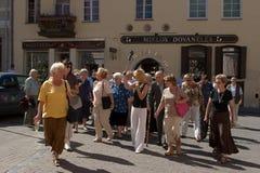 Touristes dans l'oldtown de Vilnius Image stock