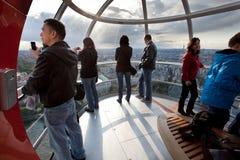 Touristes dans la cabine d'oeil de Londres Image stock