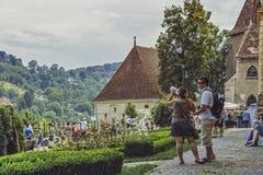 Touristes dans la citadelle de Sighisoara, Roumanie Image libre de droits