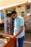 Touristes dans la librairie Photographie stock libre de droits