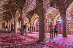 Touristes dans la mosquée rose à Chiraz Photo libre de droits