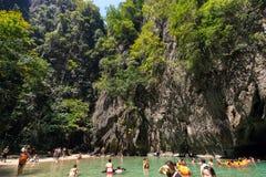 Touristes dans la piscine naturelle tropicale Photos libres de droits
