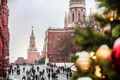 Touristes dans la place rouge décorée pour les vacances de la nouvelle année et Image libre de droits