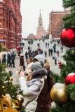 Touristes dans la place rouge décorée pour les vacances de la nouvelle année et Images stock