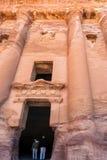 Touristes dans la porte de la tombe royale d'urne dans la ville de PETRA Image libre de droits