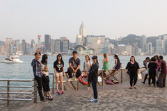 Touristes dans la promenade de bord de mer de Hong Kong Photographie stock