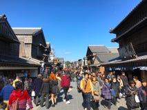 Touristes dans la rue piétonnière dans Ise Image libre de droits